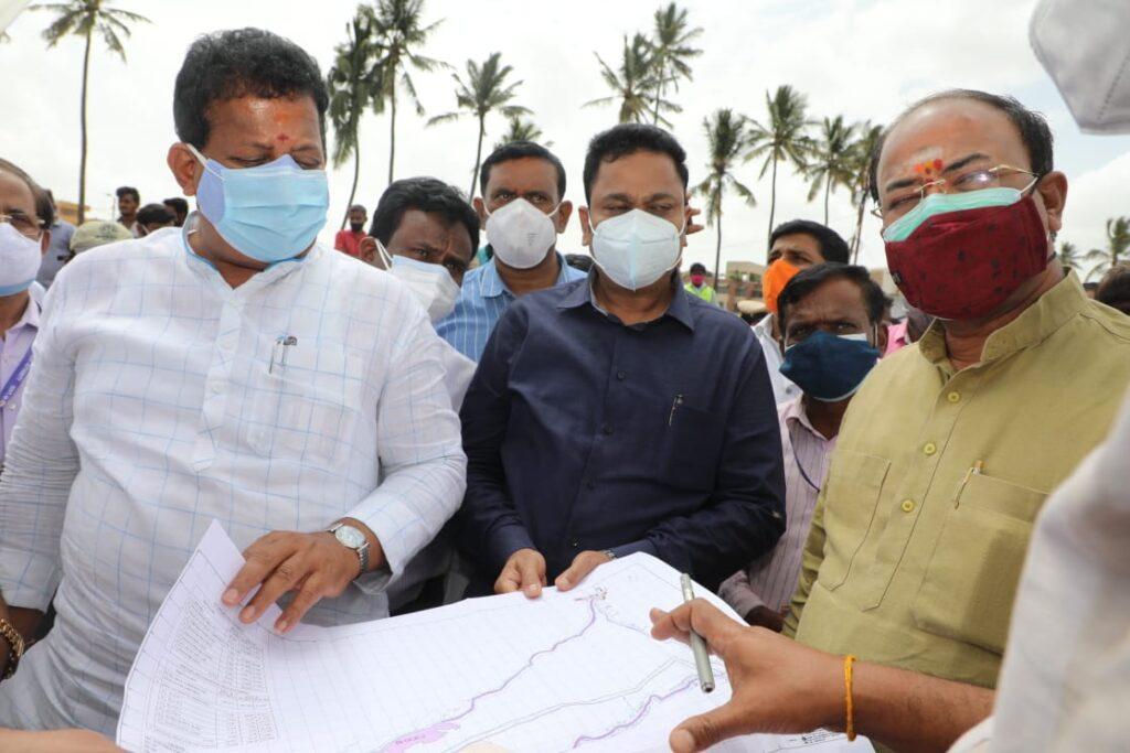 Minister Arvind Limbavali inpsects various works in Mahadevapura with BDA president5