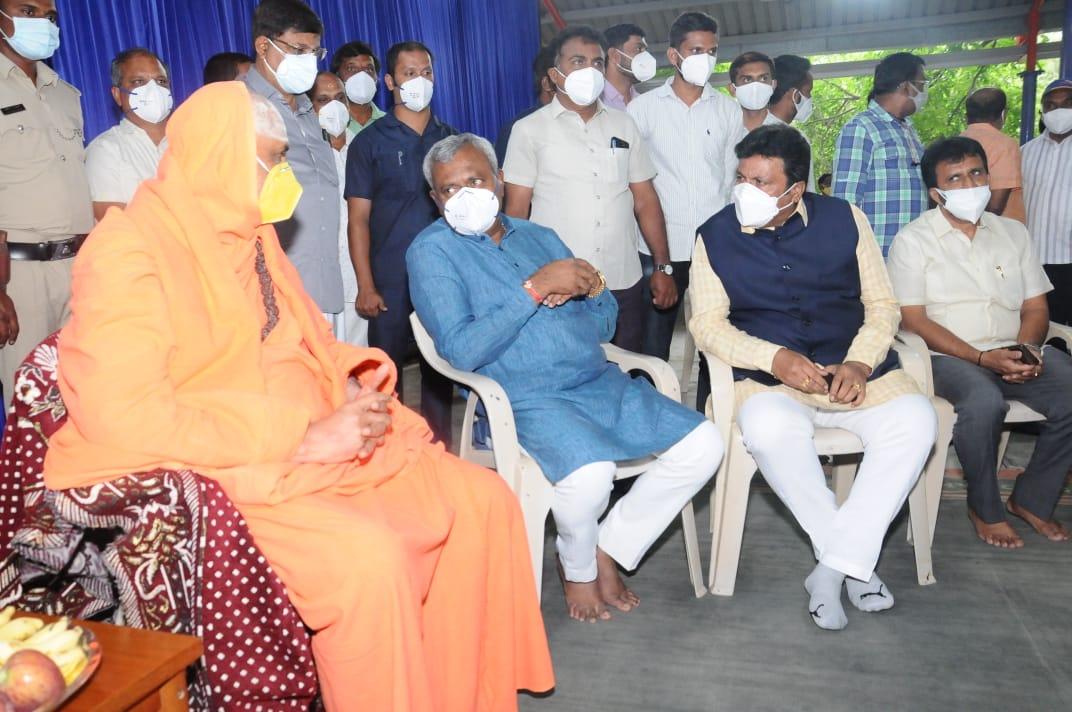 Minister Somashekhar and BC Patil visit to Suttur Mutt