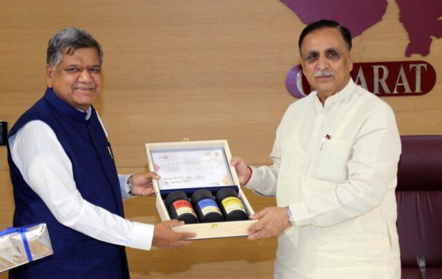 Karnataka industries minister discusses SIR policy with Gujarat CM Vijay Rupani