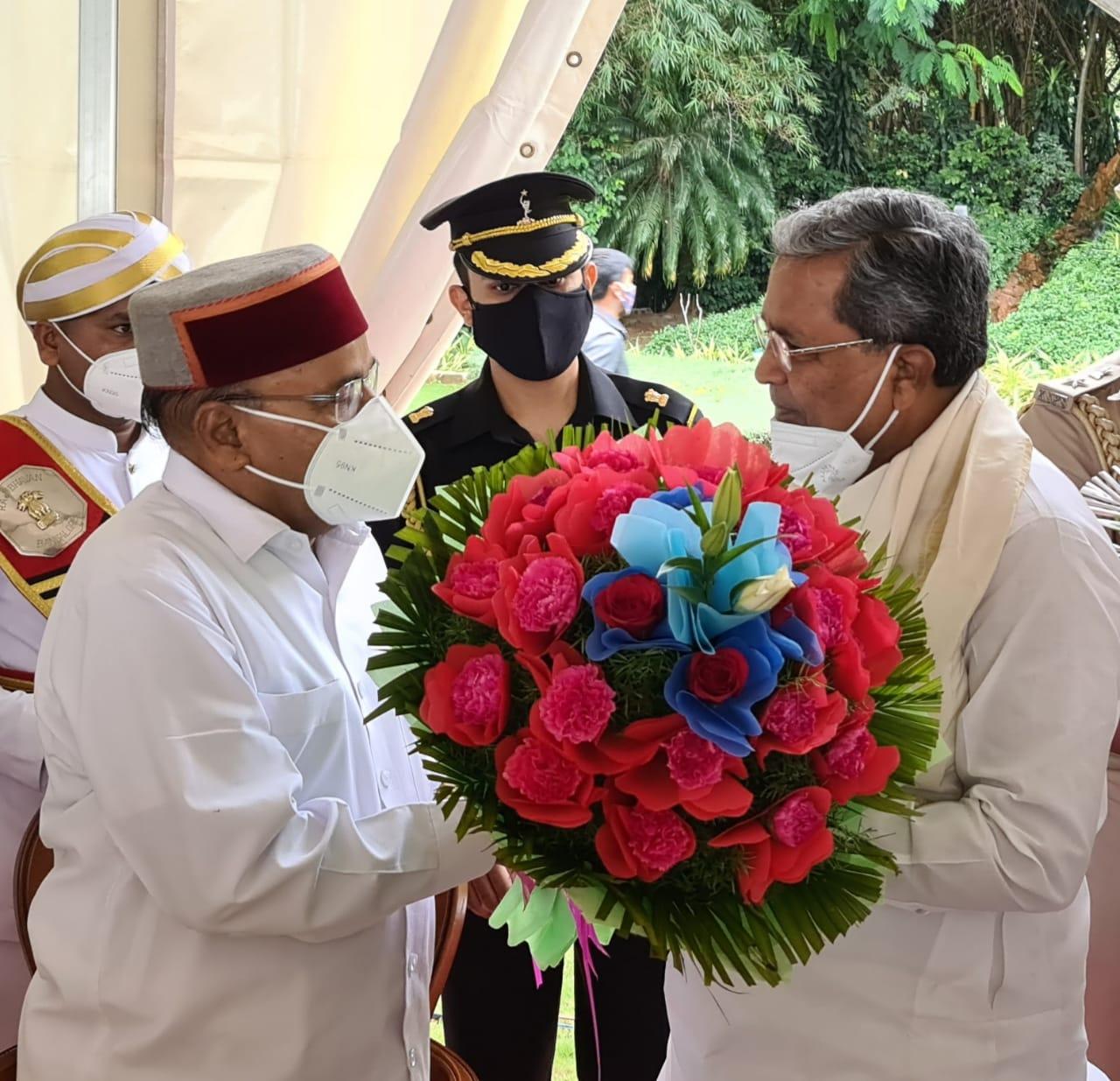 Siddaramaiah greets Thaawarchand Gehlot