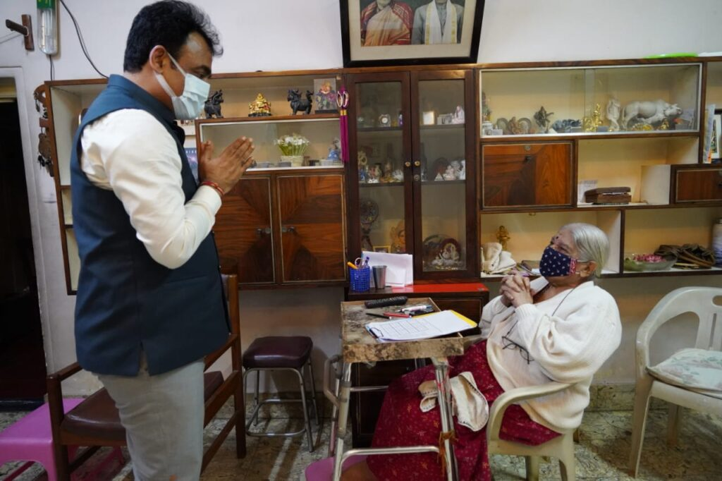 Dr Ashwathanarayana takes blessings of RSS leaders 1