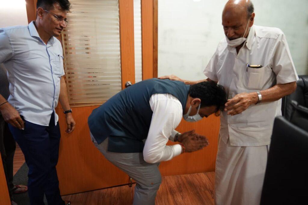 Dr Ashwathanarayana takes blessings of RSS leaders2